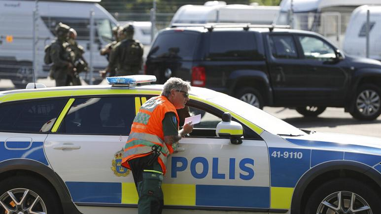 Vakter fredag efter att gisslan tagits av intagna på svenskt fängelse